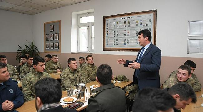 Başkan Dündar'dan askere moral ziyareti
