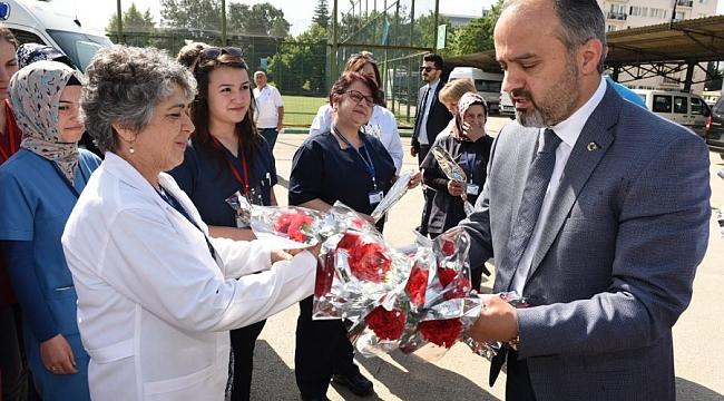 Aktaş'tan hemşirelere 'karanfilli' kutlama