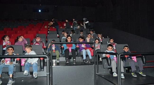 Sinema gitmenin mutluluğunu ilk kez yaşadılar