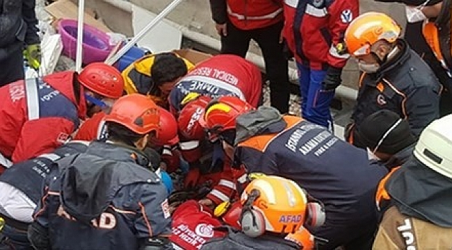 Kartal'daki enkazdan 16 yaşındaki bir genç kurtarıldı