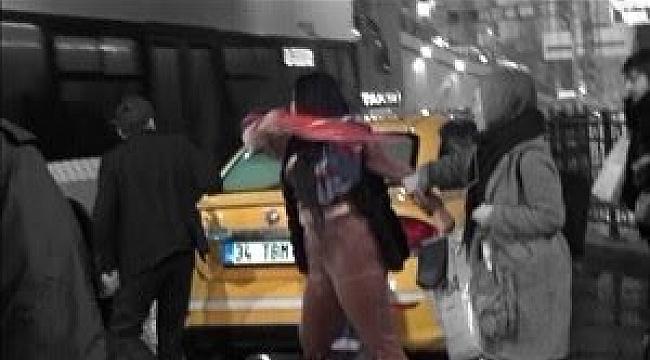 Taksim'de 15 TL için birbirlerine girdiler